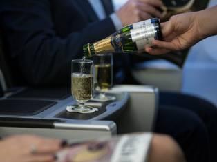 Алкоголь на борту самолета: правила и советы