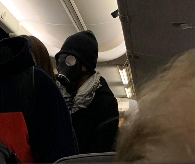 Пассажира сняли с рейса за то, что он летел в противогазе